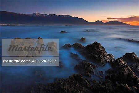 Dawn donnant sur l'océan vers la ville de Kaikoura, île du Sud, Nouvelle-Zélande, Pacifique