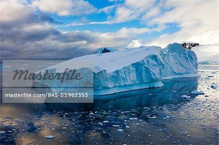 Énorme iceberg à la dérive au large des péninsule de l'Antarctique, l'Antarctique, les régions polaires