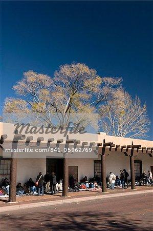 Indiens Pueblo vendre leurs marchandises au Palais des gouverneurs, construite en 1610, Santa Fe, Nouveau-Mexique, États-Unis d'Amérique, Amérique du Nord