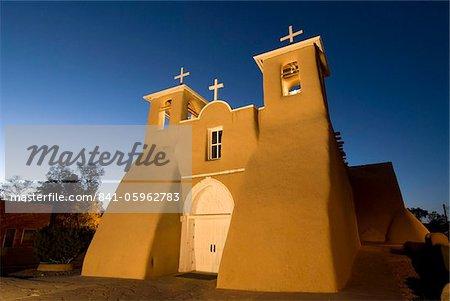 Old Mission de St. François de assise, construit à propos de 1710, allumé à la fin de soirée, Ranchos de Taos, Nouveau-Mexique, États-Unis d'Amérique, Amérique du Nord