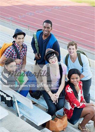 Studenten, die zusammen auf der Tribüne sitzen