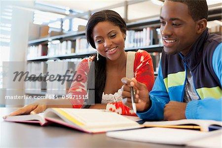 Schüler gemeinsam in der Bibliothek