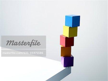 Pile de cubes colorés sur le coin de la table