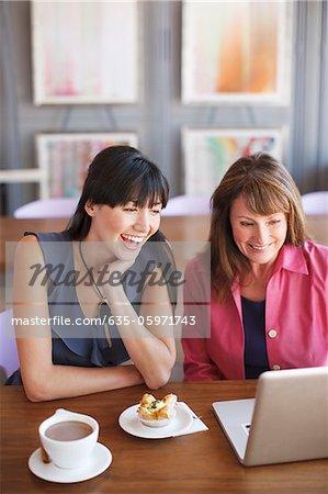 Femmes utilisant un ordinateur portable dans le cafe