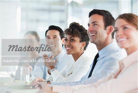Geschäftsleute sitzen in treffen