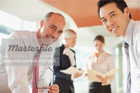Geschäftsleute im Gespräch im Büro