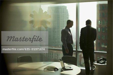 Geschäftsleute arbeiten zusammen im Büro