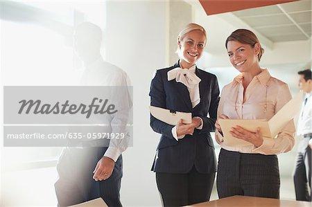 Femmes d'affaires parler au bureau