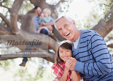 Plus l'homme hugging petite-fille en plein air