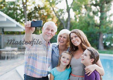 Photo de famille prise d'eux-mêmes à l'extérieur