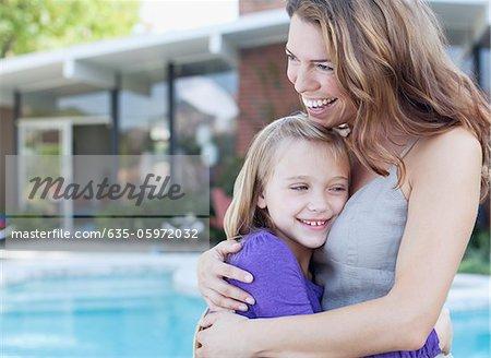 Mère et fille s'enlaçant à l'extérieur