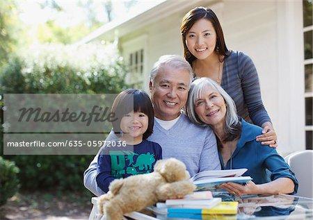 Famille de détente ensemble en plein air