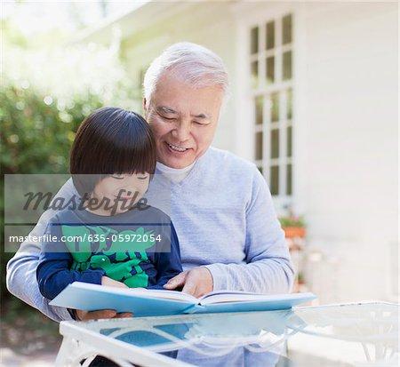 Plus vieux homme et petit-fils de lire ensemble