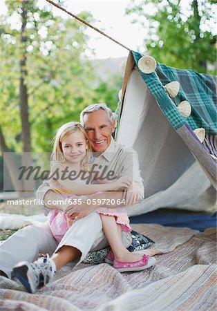 Plus vieux homme et petite-fille de détente en plein air