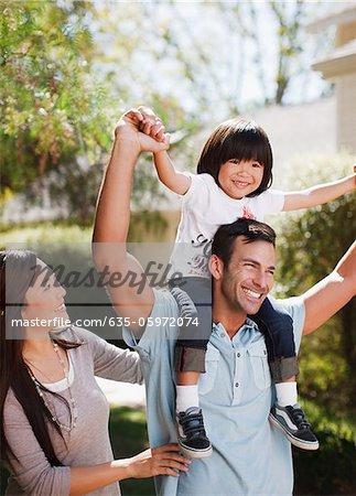 Familie zusammen zu Fuß im freien