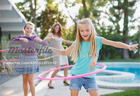 Mère et filles hula hoop à l'extérieur