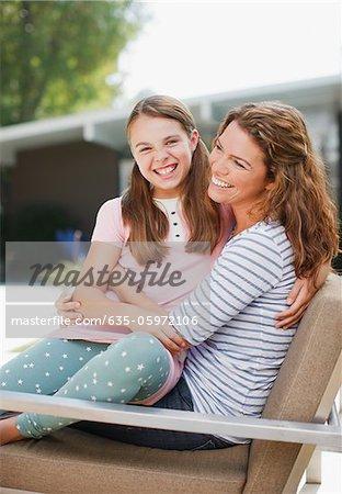Mère et fille de détente en plein air