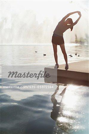 Femme qui s'étend du lac encore