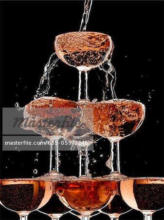 Verser dans des verres empilés de Champagne