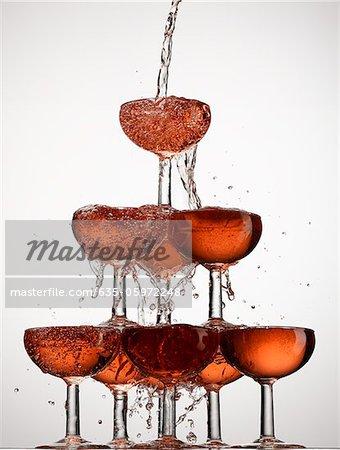 Gießen in gestapelten Gläser Champagner