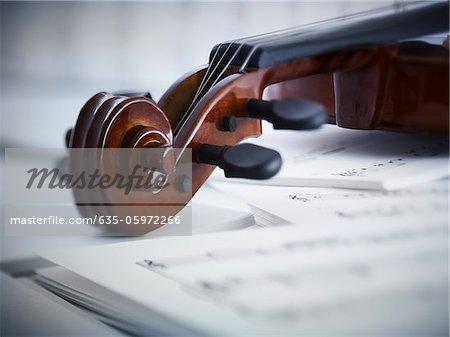 Nahaufnahme von Violine und Noten
