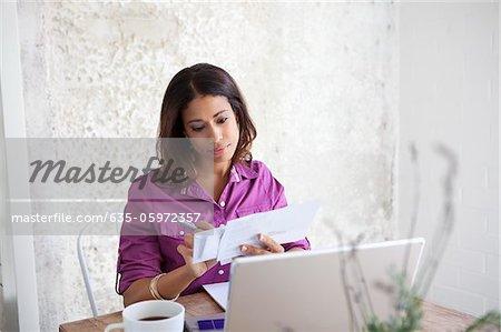 Paiement des factures femme à table