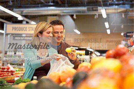 Couple examinant des produits dans les supermarchés