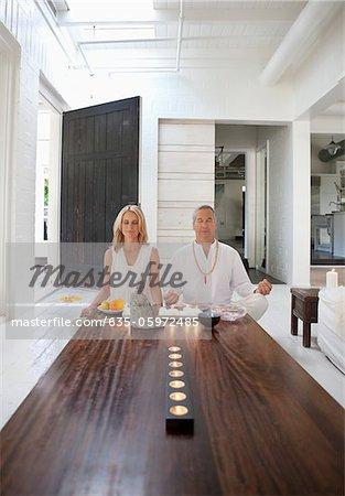 Paar im Wohnzimmer zusammen meditieren