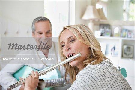 Vieux couple jouant de la musique