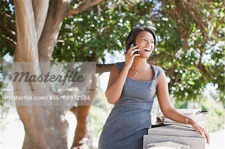 Geschäftsfrau Gespräch am Handy im freien