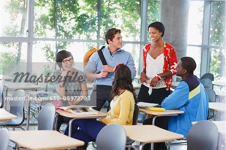Schüler sprechen im Klassenzimmer