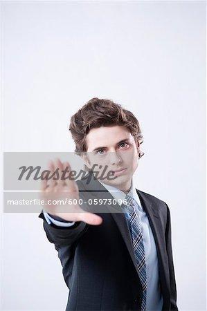 Portrait de jeune homme d'affaires en utilisant le geste de la main