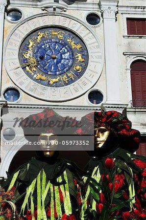 Menschen tragen Kostüme während Karneval, Venedig, Italien, Europa