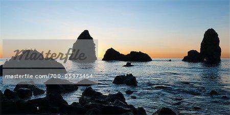 Felsige Küste, Aci Trezza, Provinz Catania, Sizilien, Italien