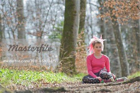 Portrait de jeune fille dans la forêt
