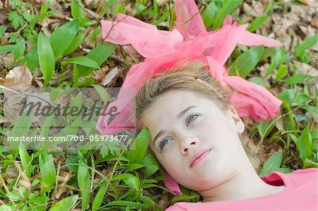 Adolescente gisant sur le sol