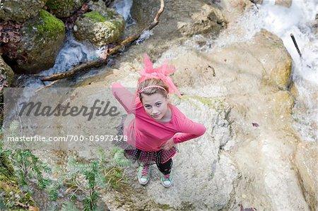 Adolescente debout sur le rocher