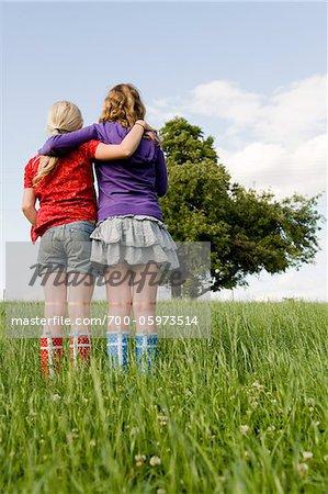 Zwei Mädchen im Feld stehen