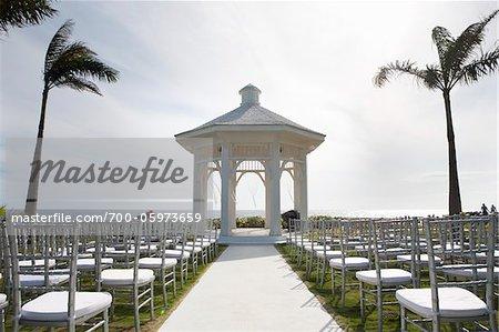 Kiosque de jardin et chaises configuré pour mariage