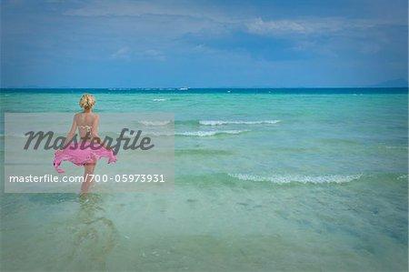 Frau auf waten im Ozean, Krabi, Thailand