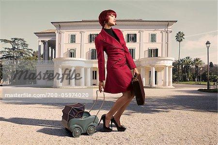Femme avec mallette et Toy transport