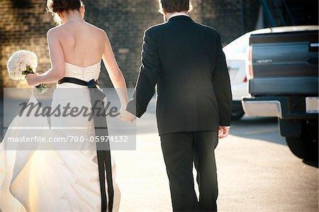 Mariée et le marié, main dans la main