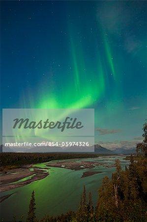 Aurore boréale au-dessus de mont McKinley et le fleuve Chulitna pendant une pleine lune, à partir de l'autoroute de Parcs surplombent, parc d'état de Denali, en Alaska, automne