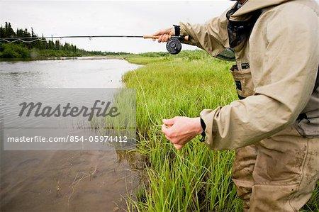 Pêcheur mouche, pêche au saumon sur la rivière Mulchatna dans la région de la baie de Bristol, sud-ouest de l'Alaska, l'été