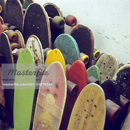 Zeilen der gebrauchte Skateboards an eine Wand gelehnt