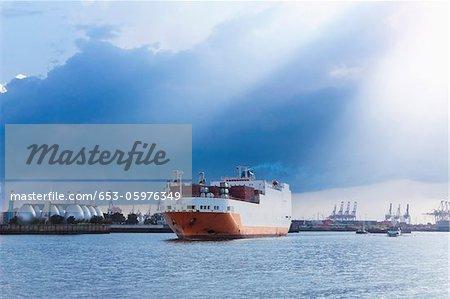 Un navire de quitter le port de Hambourg