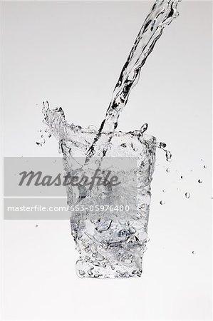 Eau étant versé sous la forme d'un verre
