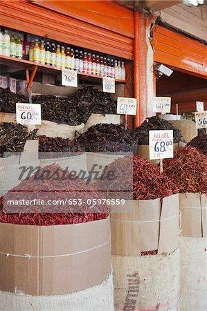 Säcke mit verschiedenen getrockneten Chilischoten zu verkaufen bei einem Markt Merced, Mexiko-Stadt