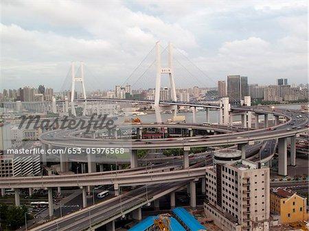 Mehrere Schnellstraße führt auf die Nanpu-Brücke, Shanghai, China