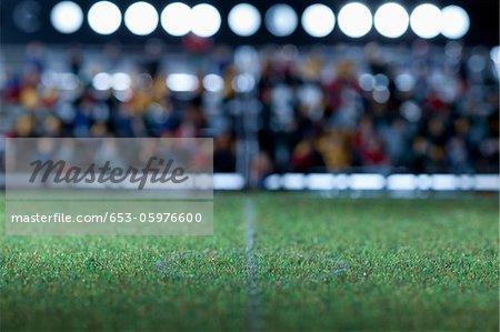 Center Bereich ein Mini-Fußballfeld Zuschauer Figuren im Hintergrund